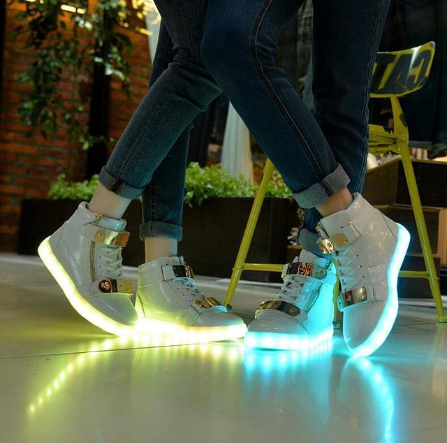 Luzes led luminoso sapatas Dos Homens superiores altas brilhantes sapatos casuais com nova simulação único responsável para homens tenis levou