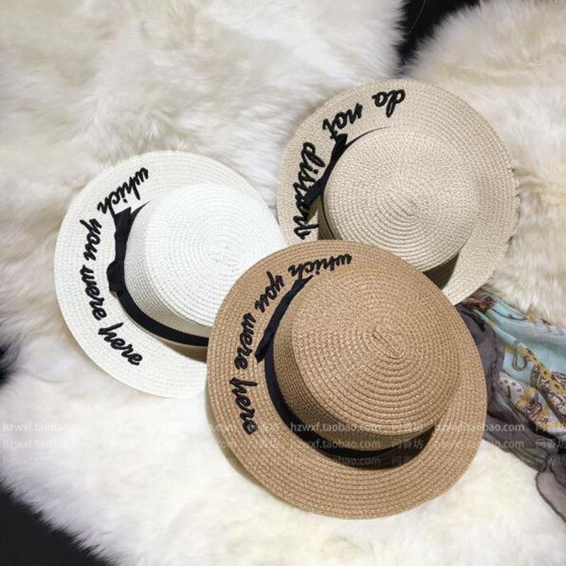 Lady ricamo sun caps paglietta cappello dell arco delle Donne di Estate  Piatto Tondo Bow Cima Piatta Tesa Larga Cappello di Paglia Delle Donne  Fedora Panama ... 379834cd5dca