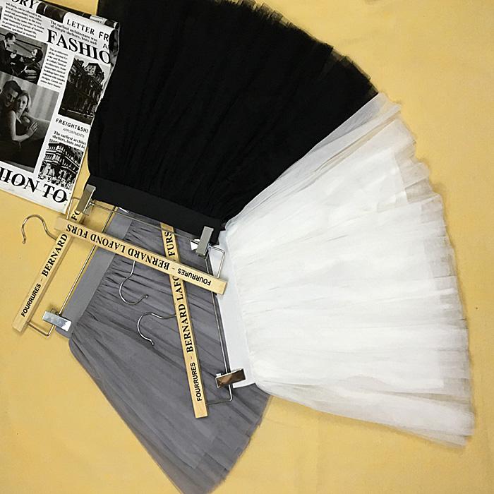 Kohev must, valge või hall tutu seelik