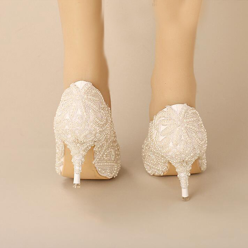 2018 г.; великолепные белые туфли с острым носком на каблуках для невесты; обувь для выпускного вечера с жемчужинами и бусинами; Свадебная обувь для вечеринки - 4