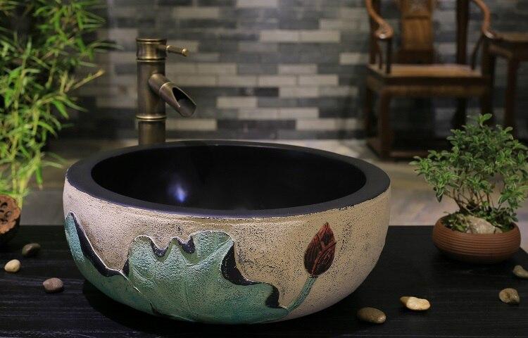 Ustensiles sanitaires créatifs. L'art. Le bassin de la scène. Lavabo