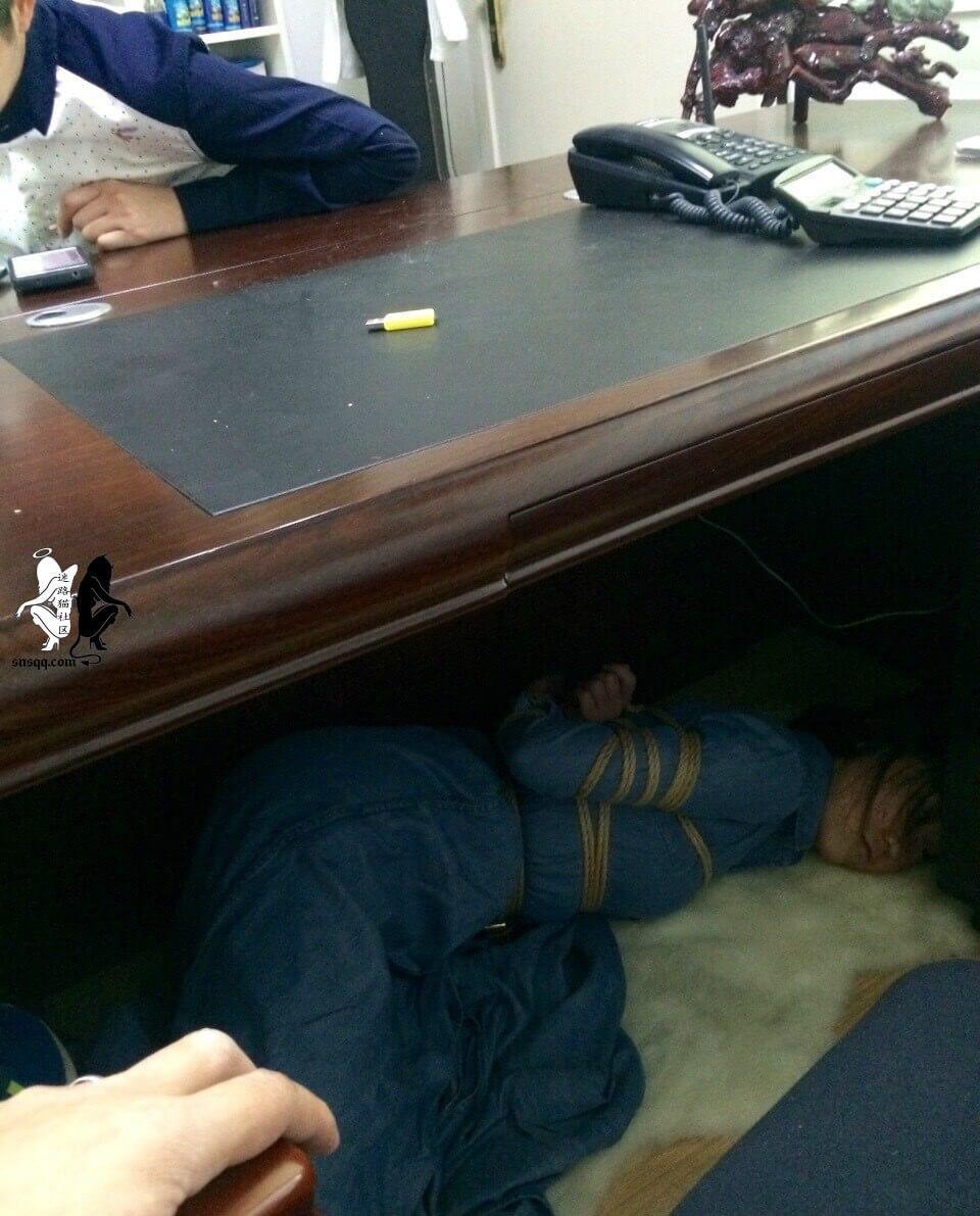 【图解】把女弭捆起来塞在办公桌底下和遥控跳弹你选哪个