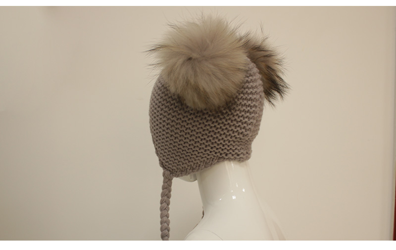 Eemaldatavate pesukarukarvast tuttidega müts