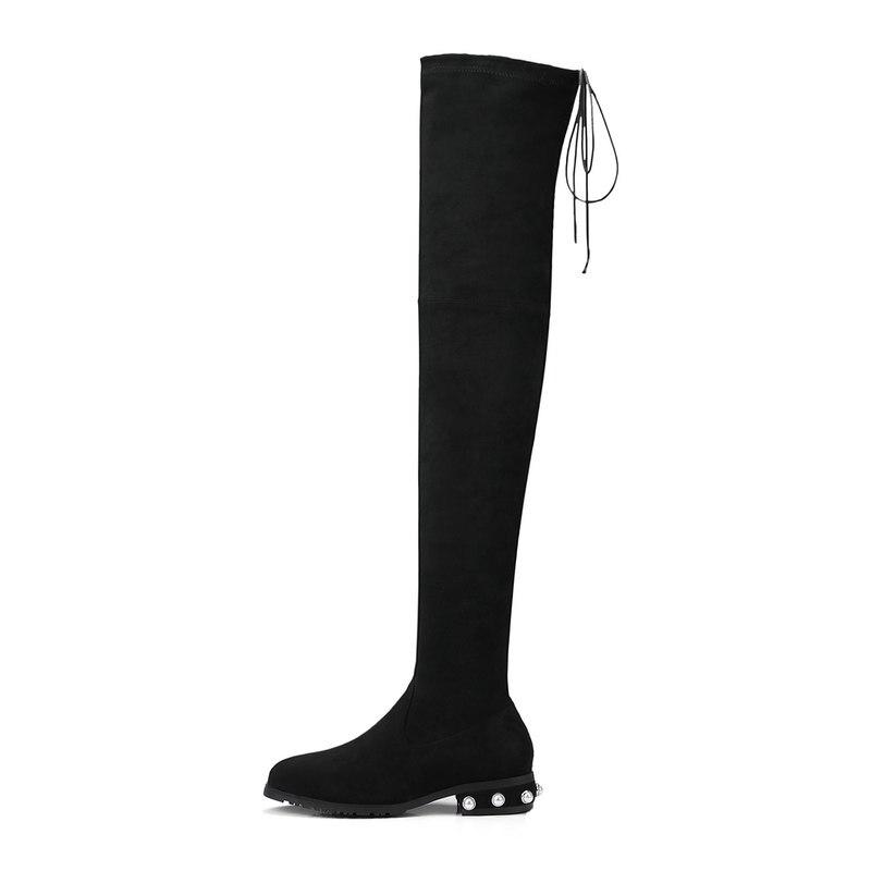 Vestido negro con botas vino