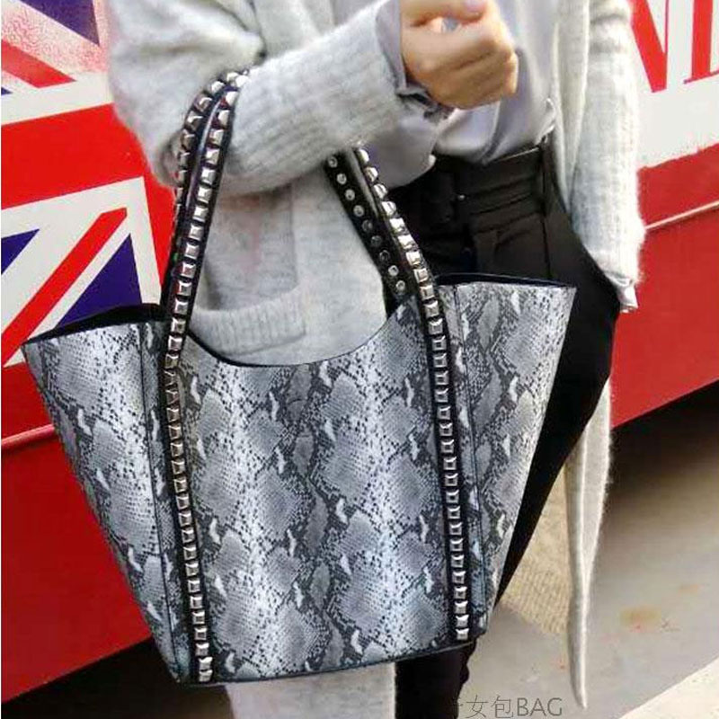Celebrity Big Bag For Women 2018 Fahion Large Capacity Shopper Bag Tote Rivet Python Snake Skin Printed Leather Female Sling Bag