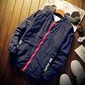 Плюс Размер Мужская куртка Осень мужской Прилив Бренда V-образным Вырезом Бомбардировщик куртка Сращивания Мужчины Куртку Г-Н восемь Печати Мужские Куртки И Пальто