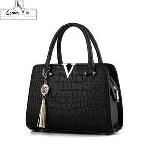 Image 1 - Женские модные дизайнерские сумки из крокодиловой кожи с V образным вырезом и буквами, роскошные качественные женские сумки через плечо, сумка мессенджер с бахромой