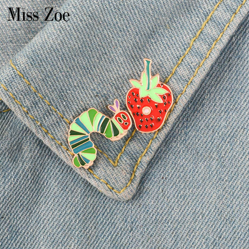 Fragola Caterpillar dello smalto pin Del Fumetto Animale Flora distintivo spilla pin del Risvolto Denim Jeans camicia borsa Divertente Sveglio del Regalo Dei Monili