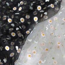 bea6c5f091a6 1 Yard di Vendita Calda Del Ricamo Margherita Tulle Tessuto Di Pizzo  Nero Bianco Fiore Materiale Netto Per Abito Da Sposa FAI DA.