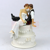 Wedding Favor Groom Bride Sweet Hug Romantic Love looking Couple Figurine European Style Wedding Cake Toppers Decor