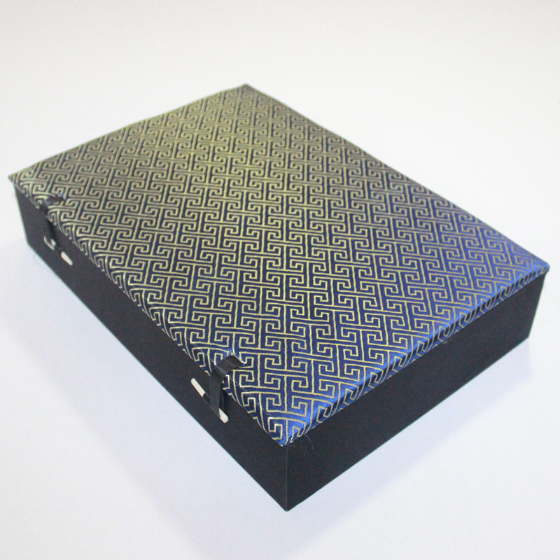 цена Cotton Filled Large 8 Slot Box Wood Silk Brocade 8 grid Case Packaging Trinket Crafts Jade Stone Jewelry Storage Case Gift