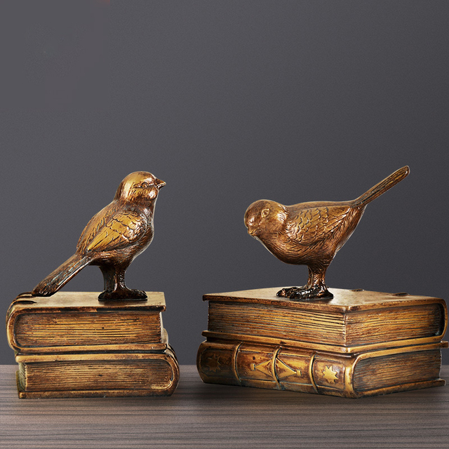 تمثال الطيور حاملين الكتب في الوسط ديكور و اكسسوارات