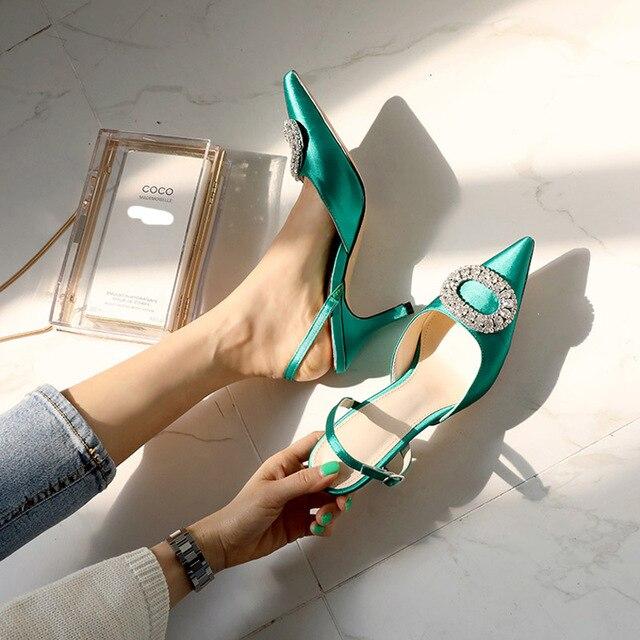 صيف جديد stiletto وأشار عالية الكعب إبزيم حجر الراين الصنادل الساتان النسخة الكورية من البرية باوتو الأحذية الإناث باردة