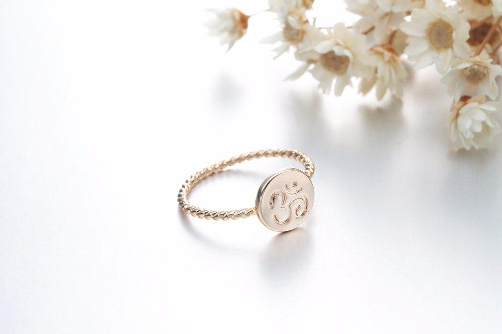 Bague torsadée dorée, symbole OM AUM OHM, yoga bijou tendance zen, vue de 3/4