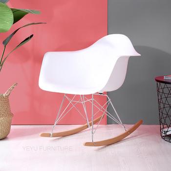 Nowoczesny Design moda z tworzywa sztucznego i litego drewna fotel bujany z podłokietnikiem Pokój dzienny z tworzywa sztucznego zrelaksować się salon krzesło popularne Rocker tanie i dobre opinie Meble do salonu Szezlong Meble do domu As Picture Minimalistyczny nowoczesny Y-024R ZUCZUG China Nowoczesne