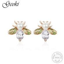 Geoki 925 Sterling Silver Green Wing Queen Bee Stud Earrings White Cubic Zriconia Pearl Honeybee Shaped Earrings for Women недорого