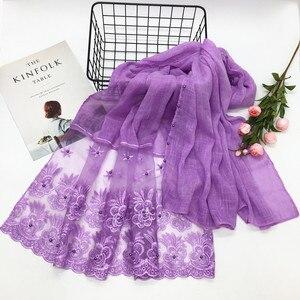 Image 2 - Nuovo 2018 inverno hijab Musulmano di lusso del merletto del ricamo floreale sciarpa della signora del cotone di marca sciarpa testa sciarpa Araba femminile Stole Bandana