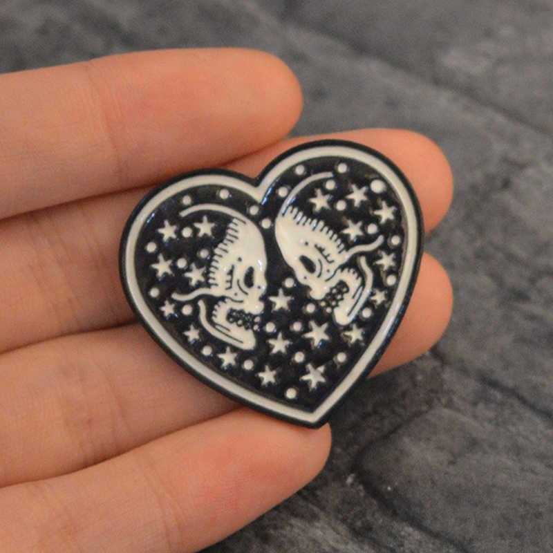 Crânio coração esqueleto pino preto esqueleto alma mate broche para casais mulheres masculino metal distintivo punk jóias presente do dia das bruxas