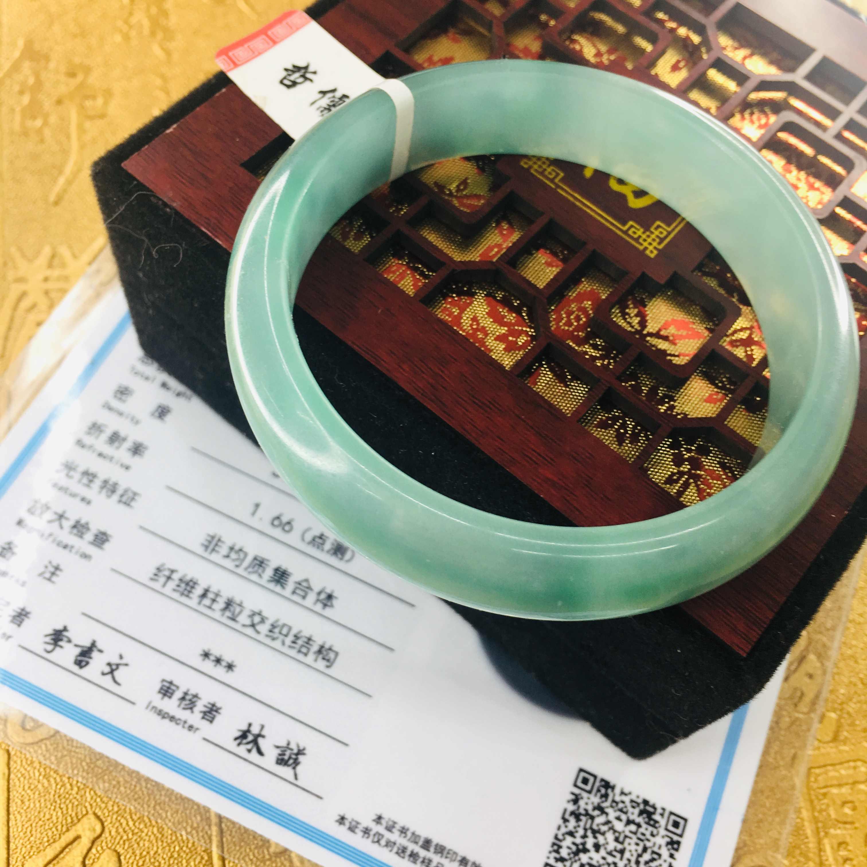 ส่งใบรับรองธรรมชาติ Jadeite สร้อยข้อมือสีเขียวสดของแข็งสี 54-61 มม. สร้อยข้อมือหยกเครื่องประดับของขวัญ