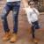 2017 de primavera y otoño de la moda clásica pantalones vaqueros de los niños del muchacho etiquetado bordado cartas agujeros pantalones de los niños