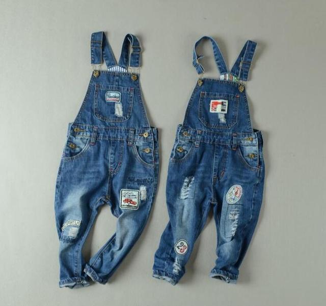 Nuevo 2016 Del Bebé Del algodón Puro applique jeans monos Niños zapatos del Agujero del niño tirantes pantalones Vaqueros al por mayor