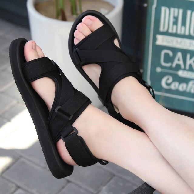 الروماني صندل الرجال الصيف نمط جديد في الهواء الطلق عدم الانزلاق تنفس الرجال موضة الاتجاه الأسود أحذية الشاطئ صندل كاجوال الرجال