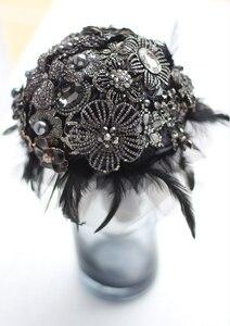 Image 2 - 8 인치 사용자 정의 신부 꽃다발, 고딕 블랙 깃털 브로치 꽃다발, 흑백 결혼식 꽃다발 보석