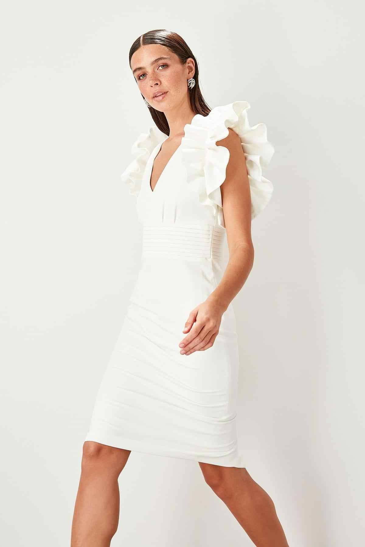 Короткое белое платье с рюшами TPRSS19WU0008