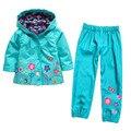 Мода хлопок, нейлон смесь плащ куртки и дети водонепроницаемый брюки малышей девушки детей одежда наборы