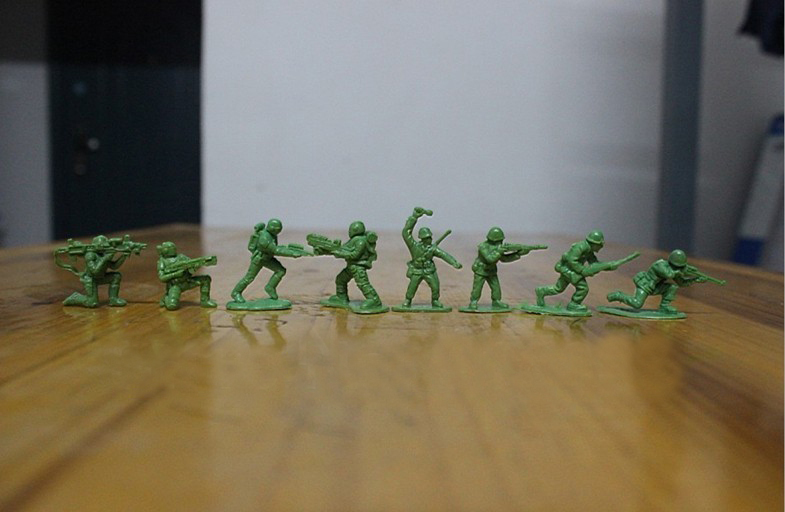 "1000pcs/Lot 2-3CM 1:72 Mini Plastic Soldier Toys Green Army Men Figures ""8 Poses Sent At Random"" Free Shipping"