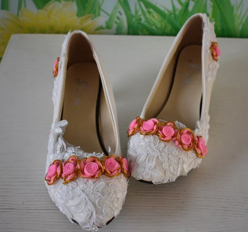 Pink rose flower white laces wedding shoes woman low 3cm heel custom make different heel brides wedding party dancing dress shoe low heel 3cm heel ivory lace wedding shoes woman sweet pearls handmade pearls brides small heel wedding shoes lady party pumps
