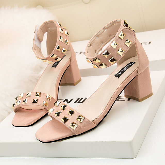 Qitong 7 CM Sweet Summer Women Rivets Square Heel Sandals Wedding and Birthday Shoes Pink and Black White Colors Ankle Strap