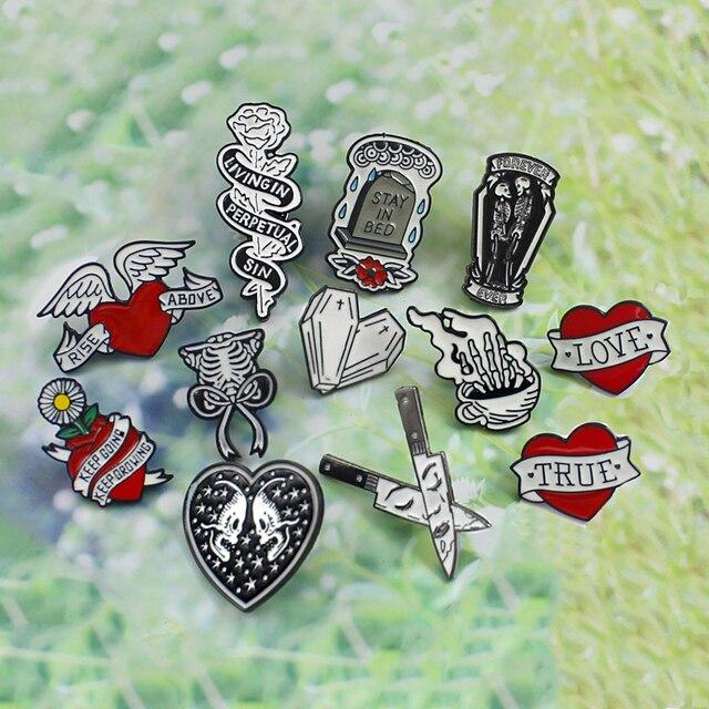 Merah Hati Wing Rose Peti Mati Medali Batu Nisan Skeleton tangan tulang pisau ganda Skeleton Pita Matahari Bunga Jantung Gothic bros lencana