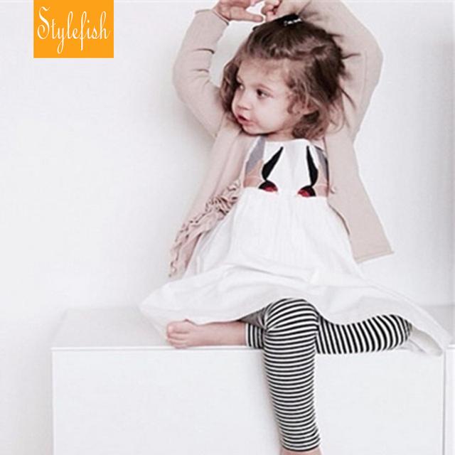 2016 Nuevo Bebé Hembra Breve Estilo Childen Vestido Bordado Verano Swallow Patrón Sin Respaldo Sling Vestido de La Venta Caliente