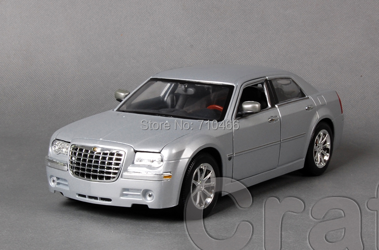 Silver 1/18 Maisto Chrysler  300C FCA Classical Diecast Model Car Miniature Scale Models Alloy Vehicle Brinquedos 1 18 scale maisto classic children 1956 chrysler 300b antique vintage car metal diecast vehicle gift model kids toys collectible