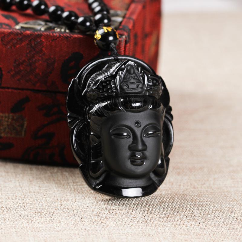 Collier tête de Bouddha en obsidienne mis en scène