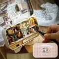 Em um tempo Feliz Caixa de Canto Antigo teatro trilogia DIY Casa De Bonecas Em Miniatura 3D Luzes + Bonecas + caixa de Metal + suporte de madeira + Móveis Adul