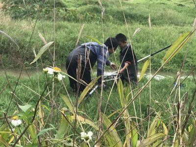 De pêche Étanche Fille Garçon Enfants Doux En Cuir Fourchette de Bretelle Pantalon Botte De Pluie Enfants Jouer Échassier Avec L'eau Chaussures Taille Pantalon