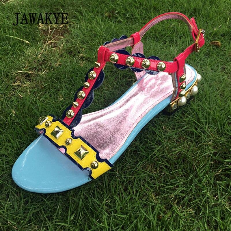 купить 2018 Bohemia Runway Gladiator Sandals Woman Open Toe Rhinestone Rivet Pearl Mixed Colors T-strap Flat Sandals Ladies Shoes по цене 3190.44 рублей