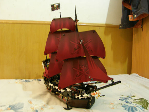16009 1151pcs Queen Anne's revenge Pirates of the Caribbean Building Blocks Set  Compatible with 4195 lepin dhl lepin 22001 imperial warships 16009 queen anne s revenge model building blocks for children pirates toys clone 10210 4195