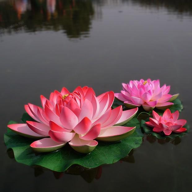17 cm diameter artificial lotus flower floating on the water pool