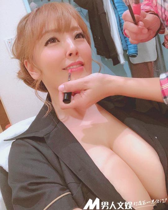 田中瞳這對晉級O罩杯的巨乳,好處是喝飲料不用兩手拿?