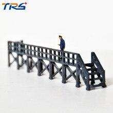 купить 2pcs HO Scale Train model construction scene sand table railway locomotive repair station around overhaul station дешево