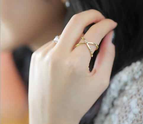 2019 fashion of the new X thermal model of finger gelenke women surrounding three-dimensional hollow ring cross hot fashion