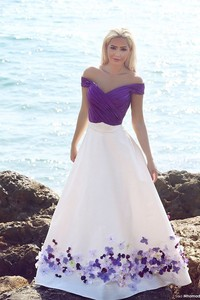 Image 3 - Romantische Lila und Weiß Strand Hochzeit Kleider 2020 Bodenlangen Gefaltetes Handgemachte Blumen Brautkleider Elegante Hochzeit Kleid