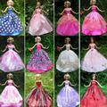 Случайный Выбор 15 Пунктов = 5 Платье Принцессы Свадебное Платье + 5 Pairs обувь + 5 Вешалки Розовый Одежда Для Барби Куклы Подарок Детские Игрушки DIY