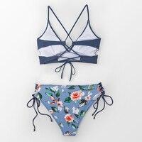 Vestido de baño bikini azul y flores escote V 4