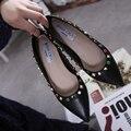 Женская обувь Осень 2017 Европейский Острым Носом Заклепки Сладкие женские Плоские Туфли Балетки Slip On Женская Обувь Вина красный/Черный