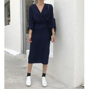 Image 3 - [EAM] 2020 New Spring Autumn V Neck Long Sleeve Waist Bandage Loose Big Size Temperament Dress Women Fashion Tide JU356