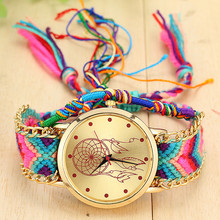 Krásné hodinky s lapačem snů v ciferníku a s pleteným barevným náramkem